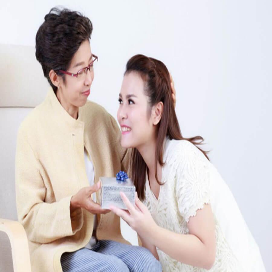 15 món quà tặng 20/10 cho mẹ và mẹ chồng/mẹ vợ ý nghĩa nhất 2021